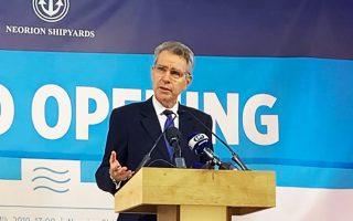 «Τα Ναυπηγεία Νεωρίου Σύρου είναι πλέον σε θέση να διεκδικήσουν ανταγωνιστικά ναυπηγοεπισκευαστικό έργο από το αμερικανικό Πολεμικό Ναυτικό», δήλωσε ο Αμερικανός πρέσβης Τζέφρι Πάιατ, ο οποίος, παράλληλα, εξέφρασε την ελπίδα ότι η ONEX που ανέλαβε πλέον τη διαχείριση των ναυπηγείων στη Σύρο, σύντομα θα αναλάβει και τα ναυπηγεία Ελευσίνας.