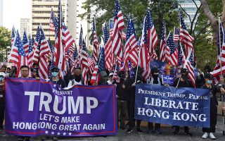 me-amerikanikes-simaies-oi-diadilotes-sto-chongk-kongk-amp-8211-dakrygona-apo-tin-astynomia0
