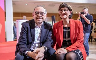 Ο Νόρμπερτ Βάλτερ Μπόργιανς και η Σάσκια Εσκεν είναι το νέο ηγετικό δίδυμο των Σοσιαλδημοκρατών (SPD). EPA/OMER MESSINGER