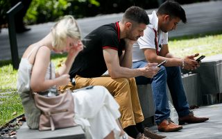 Τα κινητά τηλέφωνα μεταδίδουν την ακριβή θέση των χρηστών τους χιλιάδες φορές την ημέρα, μέσα από εκατοντάδες εφαρμογές, ταυτόχρονα σε δεκάδες διαφορετικές εταιρείες.