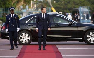 Ο Γάλλος πρόεδρος Μακρόν κατά την άφιξή του στην Ακτή Ελεφαντοστού, το Σάββατο, για επίσημη επίσκεψη.