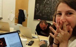 Η 30χρονη Κέιτι Μπούμαν έγινε παγκοσμίως γνωστή για τον ρόλο της στη δημιουργία της πρώτης εικόνας μίας μαύρης τρύπας,