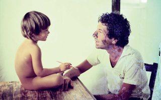 Από το οικογενειακό άλμπουμ, πατέρας και γιος σε μια στιγμή μεγάλης τρυφερότητας.