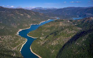 Η τεχνητή λίμνη του Λάδωνα, σχήματος φιδιού, βρίσκεται ανάμεσα στα Λαγκαδινά βουνά και στο Αφροδίσιο όρος (Χάρτης B2 ). Δημιουργήθηκε το έτος 1955  με την κατασκευή του φράγματος από τη Δημόσια Επιχείρηση Ηλεκτρισμού. Η Λίμνη, όταν βρίσκεται στη μέγιστη στάθμη λειτουργίας της (420 μέτρα υψόμετρο), έχει μήκος 15 χμ., μέγιστο πλάτος 1500 μ. ελάχιστο πλάτος 75 μ. και η χωρητικότητά της τότε είναι 49.000.000 μ3. Η ελάχιστη στάθμη λειτουργίας της είναι 400 μέτρα. Τροφοδοτείται με τα νερά του ποταμού Λάδωνα, ο οποίος έχει τις πηγές του κοντά στη Λυκούρια και στο δρόμο του συναντά τους παραποτάμους  Τράγο (Παναγίτσα) και Αροάνειο (Πλανητέρο). Σημαντικό ρόλο έπαιξε στην περιοχή της