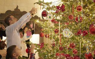 (Ξένη Δημοσίευση)  Ο πρωθυπουργός Κυριάκος Μητσοτάκης στολίζει με τα παιδιά που υποστηρίζονται από την «Κιβωτό του Κόσμου», το Χριστουγεννιάτικο δέντρο του Μεγάρου Μαξίμου, το Σάββατο 14 Δεκεμβρίου 2019.   Ο πρωθυπουργός Κυριάκος Μητσοτάκης με τη σύζυγό του Μαρέβα Γκραμπόφσκι και παιδιά που υποστηρίζονται από την «Κιβωτό του Κόσμου», κρέμασαν στο Χριστουγεννιάτικο δέντρο στολίδια που ζωγράφισαν και χρωμάτισαν τα παιδιά,  που στη συνέχεια έλαβαν δώρα. Ο Κυριάκος Μητσοτάκης συνομίλησε με τα παιδιά για τα ενδιαφέροντά τους, συνεχάρη το προσωπικό της «Κιβωτού» για το έργο του και εξέφρασε την στήριξή του στον τηλεμαραθώνιο αγάπης που διοργανώνει η «Κιβωτός» τη Δευτέρα 16 Δεκεμβρίου.  ΑΠΕ-ΜΠΕ/ΓΡΑΦΕΙΟ ΤΥΠΟΥ ΠΡΩΘΥΠΟΥΡΓΟΥ/ΔΗΜΗΤΡΗΣ  ΠΑΠΑΜΗΤΣΟΣ
