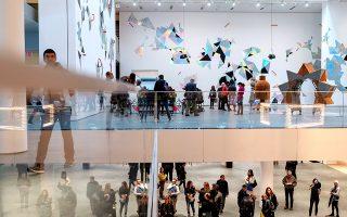 Τα κινούμενα γλυπτά της περιοδικής εγκατάστασης «Hanldes» της Χεγκ Γιανγκ στο ΜοΜΑ έχουν πολιτικές, τελετουργικές και φουτουριστικές αναφορές. © Karsten Moran/The New York Times