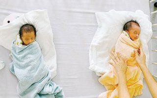 Για παιδιά που γεννιούνται στην Ελλάδα κατά τα έτη 2020 και 2021, από γονείς τρίτης χώρας, το επίδομα θα χορηγείται εφόσον η μητέρα τους διαμένει νόμιμα και μόνιμα στην ελληνική επικράτεια από το έτος 2012 και μετά.