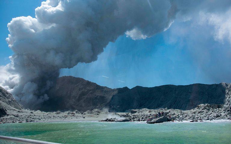 Οκτώ αγνοούμενοι από την έκρηξη του ηφαιστείου στη Νέα Ζηλανδία – Με σοβαρά εγκαύματα οι επιζώντες