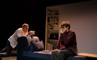 Ο Λάζαρος Γεωργακόπουλος και ο Δημήτρης Κίτσος σε μια σκηνή από τον «Γιο» του Φλοριάν Ζελέρ στο Θέατρο του Νέου Κόσμου. ΔΟΜΝΙΚΗ ΜΗΤΡΟΠΟΥΛΟΥ
