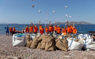 Ανάμεσα στους δύο τόνους απορριμμάτων που το πλοίο συνέλεξε από ακτές της Κρήτης, ήταν σκουπίδια προερχόμενα από άλλες χώρες της Νοτιοανατολικής Μεσογείου, όπως η Τουρκία και ο Λίβανος.