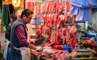 Oι τιμές του χοιρινού κρέατος έχουν φτάσει στα ύψη, οδηγώντας τον κινεζικό πληθωρισμό στα υψηλότερα επίπεδα των τελευταίων οκτώ ετών. Oι ελλείψεις στην εγχώρια αγορά υπολογίζονται σε περίπου 13 εκατ. τόνους.