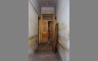 Λαθραία ματιά στο εσωτερικό ενός μικρού σπιτιού, στην οδό Πίνδου 76. ΝΙΚΟΣ ΒΑΤΟΠΟΥΛΟΣ