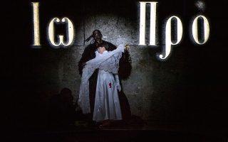 Σκηνή από τον ερωτικό διάλογο της Σαλώμης με τον σκοτεινό Ιωάννη - σαμάνο, όπως τον είδε ο Ρομέο Καστελούτσι. RUTH WALZ/SALZBURGER FESTSPIELE