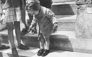 «Τα καινούργια παπούτσια». Η εμβληματική φωτογραφία της Βούλας Παπαϊωάννου αποτυπώνει την αφοσίωση του μεγαλύτερου τμήματος της κοινωνίας του '50 στις προτεραιότητες της ζωής, μακριά από τα εμφύλια πάθη.