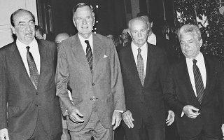 Καλοκαίρι 1991: Ο πρωθυπουργός Κ. Μητσοτάκης υποδέχεται τον πρόεδρο των ΗΠΑ Τζ. Μπους παρουσία του Προέδρου της Δημοκρατίας Κ. Καραμανλή και του γενικού γραμματέα της Προεδρίας της Δημοκρατίας Π. Μολυβιάτη.