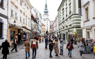 Tα στενά της Παλιάς Πόλης προσφέρονται για βόλτες μετά αγορών. © Akos Stiller/The New York Times