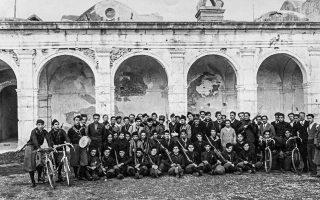 Φασίστες φωτογραφημένοι στο Κάπρι, το 1927. Οι ήρωες της προσωπικής ιστορίας της Γκίνζμπουργκ εμπλέκονται στα τρέχοντα σκηνικά της Ιστορίας. Βρισκόμαστε στην εποχή της εδραίωσης του φασισμού.