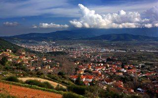 Πανοραμική θέα από το Μεταξοχώρι στον κάμπο και στην κωμόπολη της Αγιάς. (Φωτογραφία: Shutterstock)