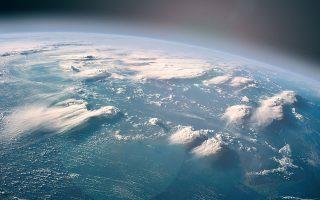 Το βιβλίο αρχίζει με τη διάσημη φράση του Καρλ Σέιγκαν για τη Γη όταν την κοιτάξουμε από ένα δορυφόρο: Μια «αχνή μπλε κουκκίδα» μέσα στο αχανές σύμπαν είναι αυτός ο όμορφος πλανήτης που ζούμε. Η ζωή βέβαια σε αυτόν τον όμορφο πλανήτη οφείλεται στη σταθερή ηλεκτρομαγνητική ακτινοβολία, το φως που μας στέλνει ο Ηλιος.
