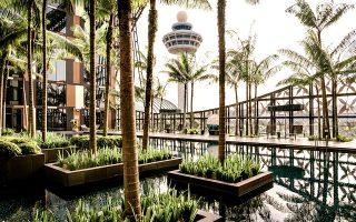 Άποψη της πισίνας του Crowne Plaza, που έχει βραβευτεί ως το καλύτερο ξενοδοχείο αεροδρομίου στον κόσμο. (Φωτογραφία: Lauryn Ishak/The New York Times)