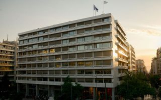 Το νομοσχέδιο του υπουργείου Οικονομικών προβλέπει παροχή εγγύησης του ελληνικού Δημοσίου, έναντι προμήθειας, σε τιτλοποιήσεις μη εξυπηρετούμενων δανείων (ΜΕΔ) των εγχώριων τραπεζών.