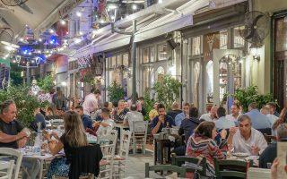 Μπορεί η κρίση να συρρίκνωσε το διαθέσιμο εισόδημα των Ελλήνων, αλλά δεν μπόρεσε να διαταράξει τη σχέση τους με την... ταβέρνα. Σύμφωνα με τα στοιχεία της Eurostat, οι Ελληνες διαθέτουν σημαντικό μέρος του εισοδήματός τους για φαγητό και ποτό εκτός οικίας, που φτάνει το 12,4% των συνολικών δαπανών τους. Είναι δε το τέταρτο υψηλότερο ποσοστό μεταξύ των 28 κρατών-μελών της Ευρωπαϊκής Ενωσης.