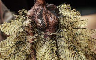 Μόδες. Αριστουργηματικά  φορέματα – γλυπτά παρουσίασε για άλλη μια φορά η Ολλανδή καλλιτέχνης Iris Van Herpen  στο Παρίσι. EPA/CHRISTOPHE PETIT TESSON