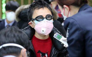 Η προσεκτική. Οχι μία αλλά δύο μάσκες μαζί φοράει η κυρία της φωτογραφίας στην διάρκεια ελέγχου στις αφίξεις του διεθνούς αεροδρομίου του Incheon στην Νότιο Κορέα. Και για να έχει και το κεφάλι της ήσυχο ότι έκανε ό,τι περνούσε από το χέρι της για να μην κολλήσει τον κορωνοϊό, έβαλε και τα γυαλιά της κολύμβησης για έξτρα προστασία.  Yonhap via REUTERS
