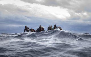 Το τέρας. Οσο συγκλονιστικές και να είναι οι φωτογραφίες από τις βάρκες με τους μετανάστες στην Μεσόγειο είναι πια μια γνωστή πραγματικότητα και δυστυχώς δεν εντυπωσιάζουν πια. Βλέπετε το χειρότερο πράγμα ακόμα και  από την φρίκη, είναι η αποδοχή της. Στην φωτογραφία το μικρό ξύλινο πλεούμενο με τους μετανάστες από το Μαρόκο και το Μπαγκλαντές που πάλευε με τα κύματα, δεν βύθισε τους επιβάτες του. Διασώθηκαν από την Ισπανική μη κυβερνητική οργάνωση Open Arms  στα διεθνή ύδατα έξω από την Λιβύη. (AP Photo/Santi Palacios)