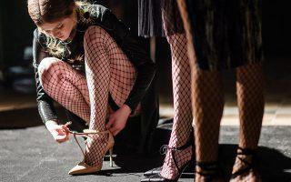 Στα δίχτυα των ποδιών τους. Ετοιμάζονται οι καλλονές για να περπατήσουν στην πασαρέλα της σχεδιάστριας Irene Luft. H παρουσίαση έγινε στο πλαίσιο της εβδομάδας μόδας (Mercedes-Benz Fashion Week) στο Βερολίνο. EPA/CLEMENS BILAN