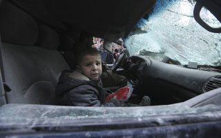 Για να μην ξεχνάμε...Οτι στην Συρία συνεχίζονται οι βομβαρδισμοί. Στην φωτογραφία ένα αγόρι κλαίει τρομοκρατημένο μετά από κυβερνητικούς βομβαρδισμούς στην πόλη Ariha της επαρχίας Idlib, με στόχο την αγορά και την βιομηχανική ζώνη της περιοχής. Απόλογισμός; Τουλάχιστον 15 άνθρωποι νεκροί και πολλοί στιγματισμένοι από τον τρόμο για πάντα. (AP Photo/Ghaith Alsayed)