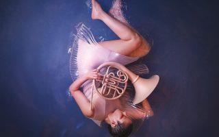 Νεαρή μουσικός, ένα από τα τρία πρόσωπα της νέας διαφημιστικής καμπάνιας της ΕΛΣ, «γεννιέται» συμβολικά μέσα από τα νερά της τέχνης.