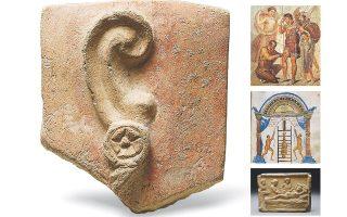 Στην αρχαιότητα, η ορθολογική ιατρική συνυπήρχε με τη θεουργική ίαση. Στη φωτογραφία, τάμα-αυτί (Κύπρος, 4ος αι. π.Χ.). Δεξιά πάνω, ο Ιάπυξ, ως θεραπευτής, αφαιρεί την αιχμή βέλους από το πόδι του Αινεία. Στη μέση, θεραπεία σπονδυλικής στήλης από τον Απολλώνιο τον Κιταία. Κάτω, αναπαράσταση τοκετού.