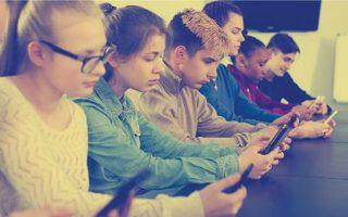 Εφηβοι, όλη μέρα, με ένα smartphone στο χέρι. Συνήθης εικόνα, όχι μόνο στις Ηνωμένες Πολιτείες όπου διεξήχθησαν οι σχετικές έρευνες για να φανεί κατά πόσον σχετίζεται η χρήση κινητών τηλεφώνων και μέσων κοινωνικής δικτύωσης με την αύξηση των ψυχικών διαταραχών σε παιδιά και νέους.