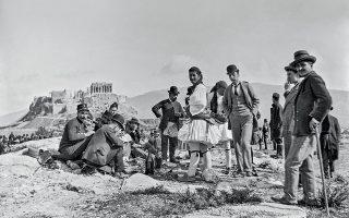 Οι Αθηναίοι γιορτάζουν τα Κούλουμα. Φωτογραφία του καθηγητή Αρχαίων Ελληνικών στο Πανεπιστήμιο του Σίδνεϊ, Γουίλιαμ Τζον Γουντχάους (1866-1937), ο οποίος είχε επισκεφτεί την Αθήνα το 1892.