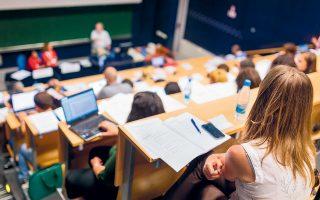 «Δικαίωμα συμμετοχής, για πρόσληψη ή διορισμό ως εκπαιδευτικοί, θα έχουν κάτοχοι τίτλου σπουδών τριτοβάθμιας εκπαίδευσης αναγνωρισμένων πανεπιστημίων του εξωτερικού ανεξάρτητα από τον τόπο φοίτησης», αναφέρει το υπ. Παιδείας. Τα ιδιωτικά κολέγια δηλώνουν παραρτήματα ευρωπαϊκών ΑΕΙ.