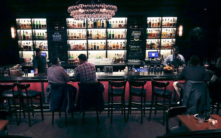 Νηφάλιοι μπάρμαν σερβίρουν ποτά σε πελάτες