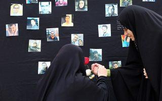 Ιρανοί φοιτητές ανάβουν κεριά στο μνημόσυνο για τα θύματα της κατάρριψης του ουκρανικού αεροσκάφους στην Τεχεράνη.