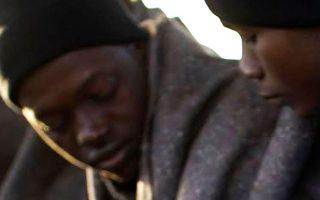 Μετανάστες αναλογίζονται το αβέβαιο μέλλον τους (φωτ. αρχείου).