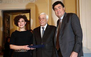 Το βραβείο της «Κ» παρέλαβαν από τον Πρόεδρο της Δημοκρατίας Προκόπη Παυλόπουλο ο διευθυντής της εφημερίδας Αλέξης Παπαχελάς και η δημοσιογράφος Μαρία Κατσουνάκη.