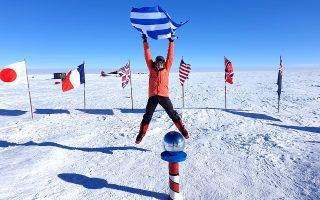 Η Χριστίνα Φλαμπούρη σηκώνει την ελληνική σημαία στον Νότιο Πόλο.