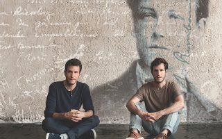Τα αδέλφια Μιχάλης και Παντελής Καλογεράκης αφηγούνται τη σχέση του Ρεμπώ με τον Βερλέν, έχοντας ρεμπέτικα τραγούδια ως μουσικό υπόβαθρο.