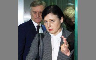 Η επίτροπος της Ε.Ε. Βέρα Γιούροβα κατά τη χθεσινή επίσκεψή της στη Βαρσοβία.