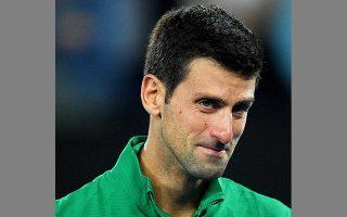Ο Τζόκοβιτς δακρύζει φορώντας τη ζακέτα του με τα αρχικά του Κόμπι Μπράιαντ και τους αριθμούς της φανέλας του.