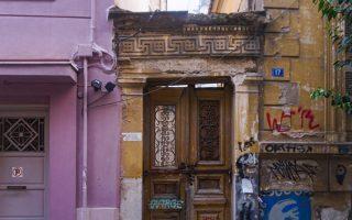 Στην οδό Βασίλης 17, στο Θησείο. Εγκαταλελειμμένο σπίτι με αρχαία σύμβολα, σβάστικες και μαίανδρους.