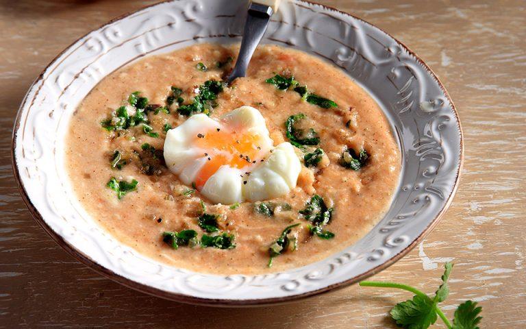 Σούπα με τραχανά, καυκαλήθρες και αυγό ποσέ