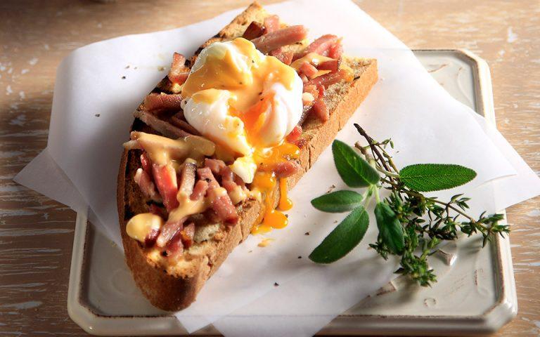 Αυγά ποσέ με αλευρόσαλτσα με πελτέ και σύγλινο Μάνης