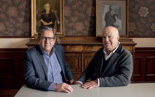 Ο Μίκυ Μοδιάνο και ο Νίκος Βερνίκος στο σπίτι όπου θεμελιώθηκε η σπουδαία σχέση των προγόνων τους. Φωτογραφίες: Βαγγέλης Ζαβός