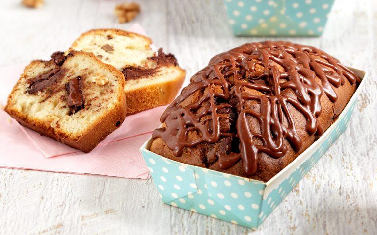 Κέικ με κομμάτια σοκολάτας, καρύδια και γλάσο από μερέντα