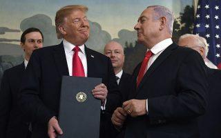 Μάρτιος του 2019: Ο πρόεδρος των ΗΠΑ χαμογελάει στον εμφανώς ικανοποιημένο ισραηλινό πρωθυπουργό μετά την υπογραφή κοινής διακήρυξης